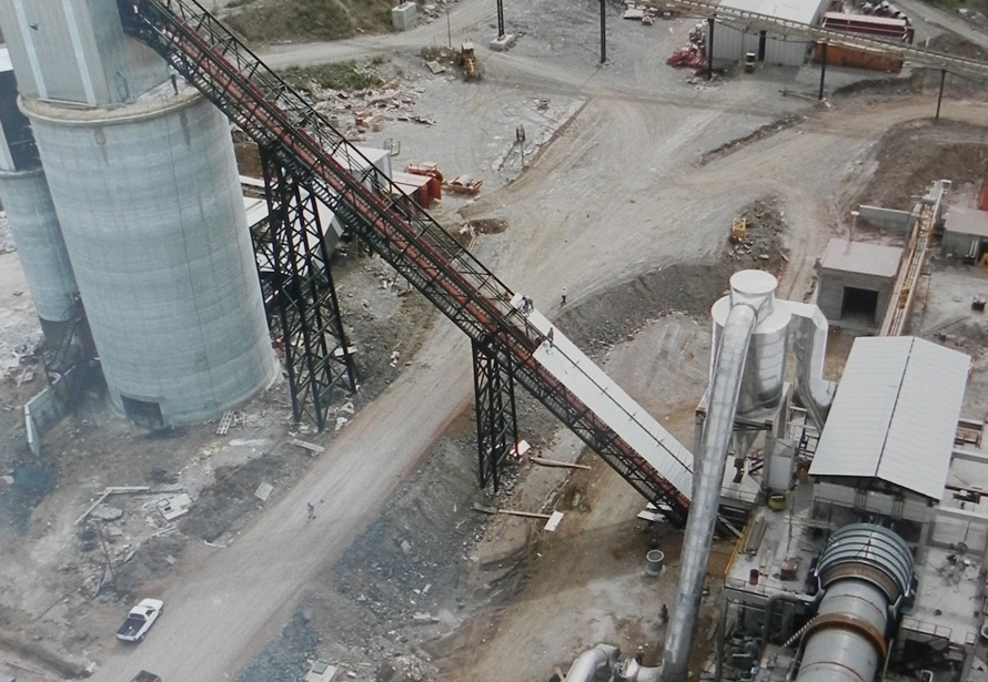 Compañia Uruguaya de Cemento Portland – Vista cabezal de horno, transportador y silo de clinker.